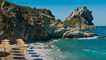 Za skaliskem napravo od parkoviště a na dohled od Ag. Ioanis leží plážička Kastri. Nejlépe si vychutnáte samotu této pláže tak do desíti dopoledne, pak se začnou rojit fanynky Mama Mia.
