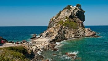 Pod Agios Ioannis se vám zatají dech, rozbuší srdíčko a podlomí kolena. A bude vás bolet za krkem, budete pořád koukat do nečekané výšky, je to nádherný kus skály