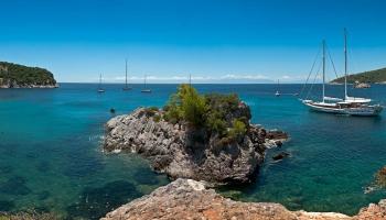 Vstupní brána na pláž Stafilos - po překonání úzké stezky se před vámi rozprostře tahle nádhera
