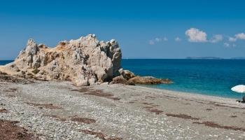 Armenopetra vám nabídne oblázky a příjemné pokoupáníčko s výhledem na Skiathos