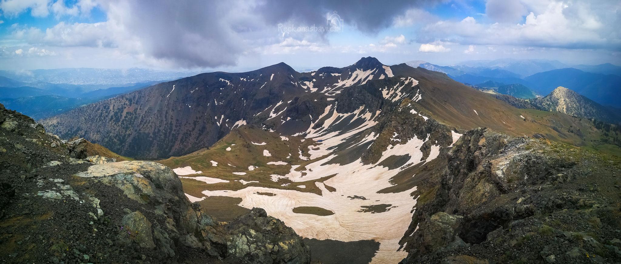 v 17:05 stojíme oba na střeše pohoří Pindos – ve 2637m n.m. na vrcholu hory Smolikas a kolem sebe máme celé Řecko jako na dlani (7 hodin na cestě).