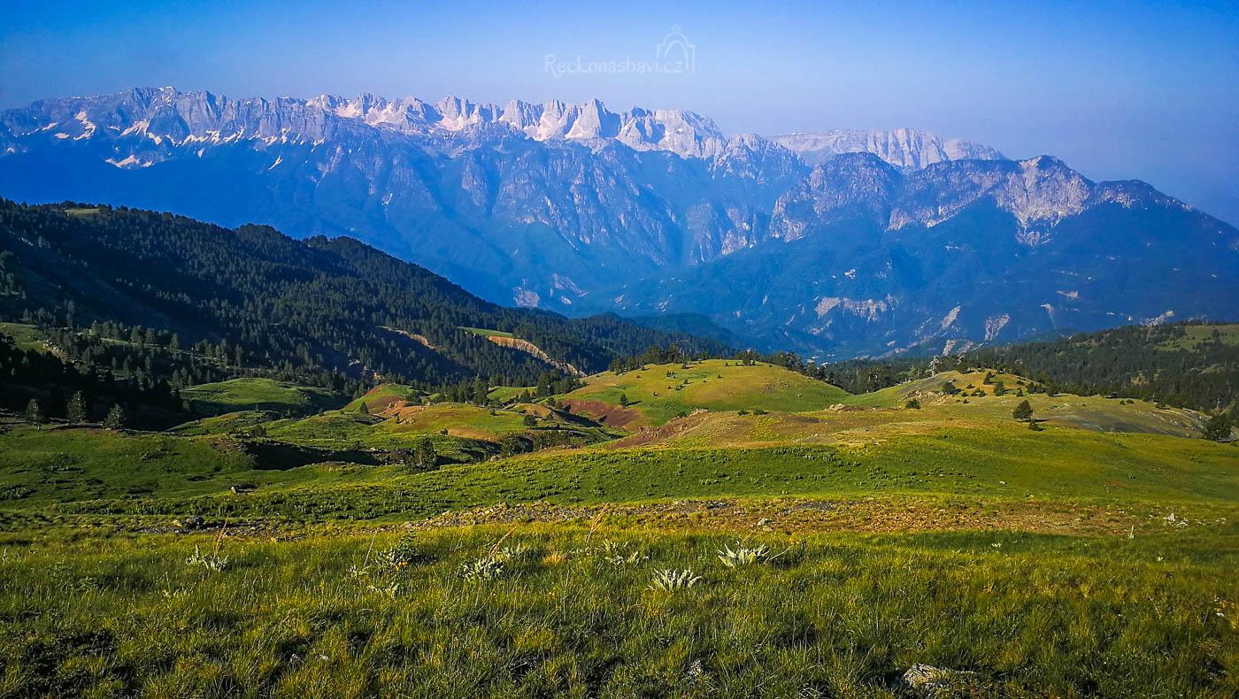 Při pohledu na JZ vás uhrane svojí mohutností skalní stěna Mt. Tymfi v Zagori, která překonává z údolí Aoos po vrchol Gamila výšku 1800 metrů! Už jen kvůli tomuto neuvěřitelnému pohledu, sem stojí za to vylézt!