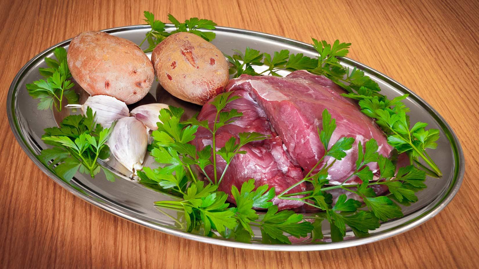 Kvalitní hovězí maso, petrželová nať, česnek - základ sofríta