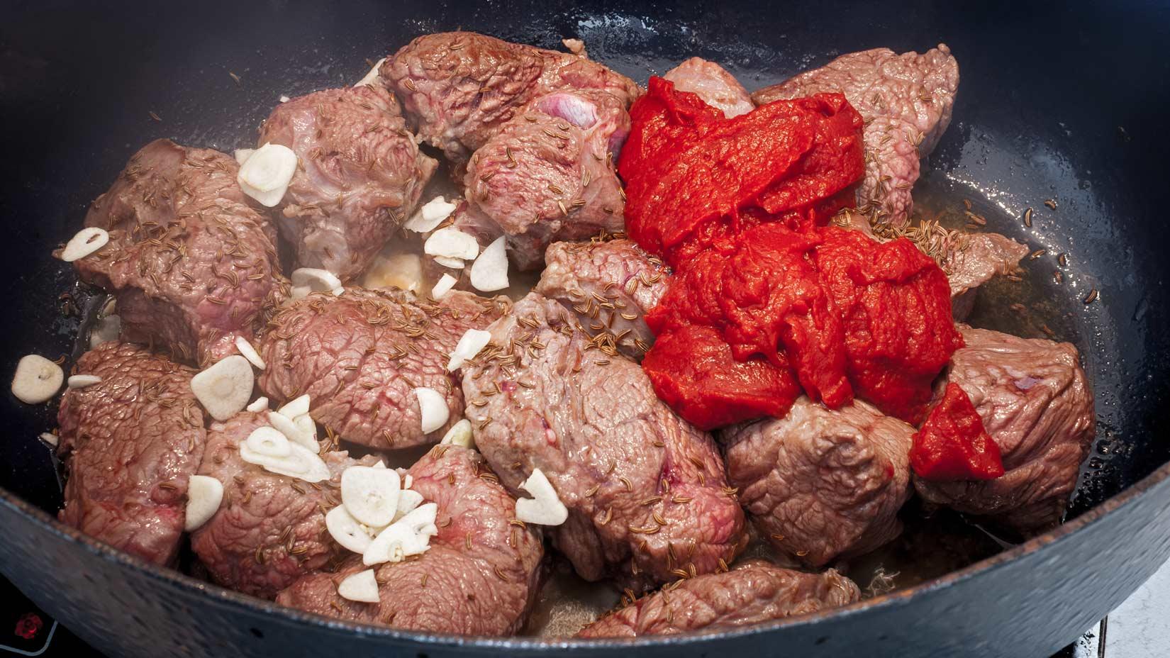 Na orestované maso dáme česnek, kmín, rajský protlak, červené víno a vinný ocet