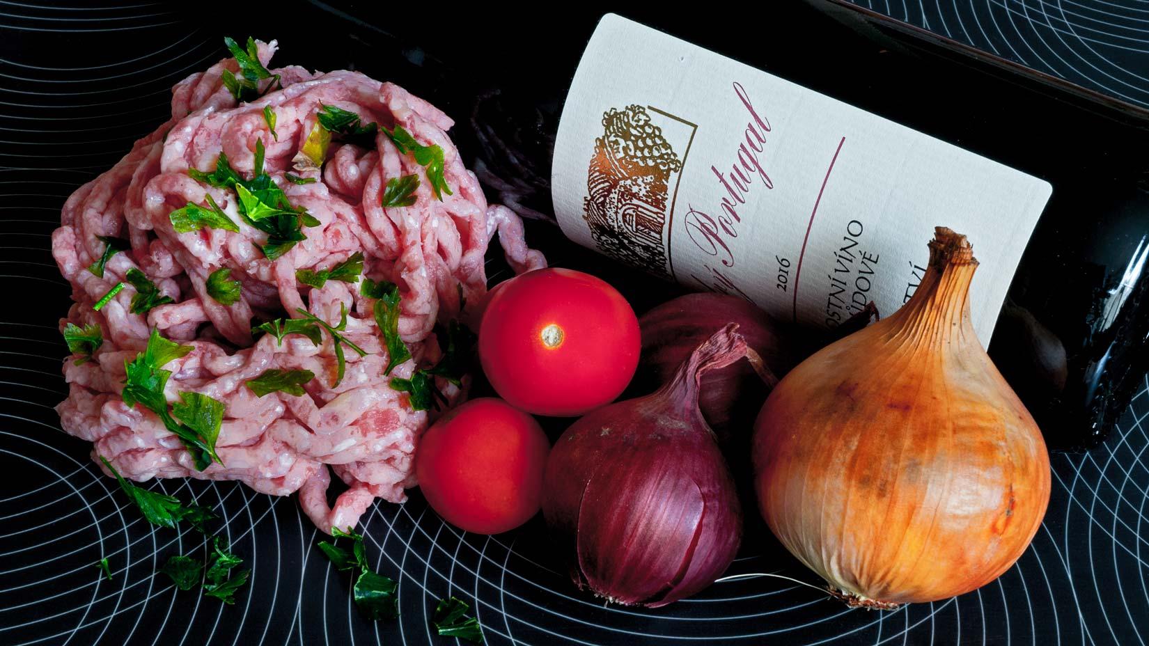 Mleté maso, cibule, rajčata a petrželová nať. Hlavní chutě sutzukakia