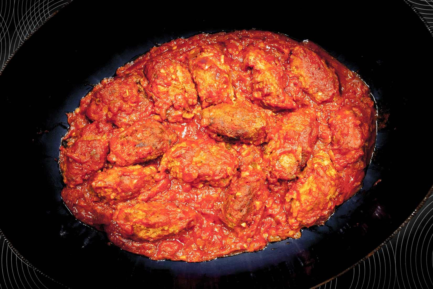 Sutukakia se salsou společně 1/2 hodiny dusíme v troubě