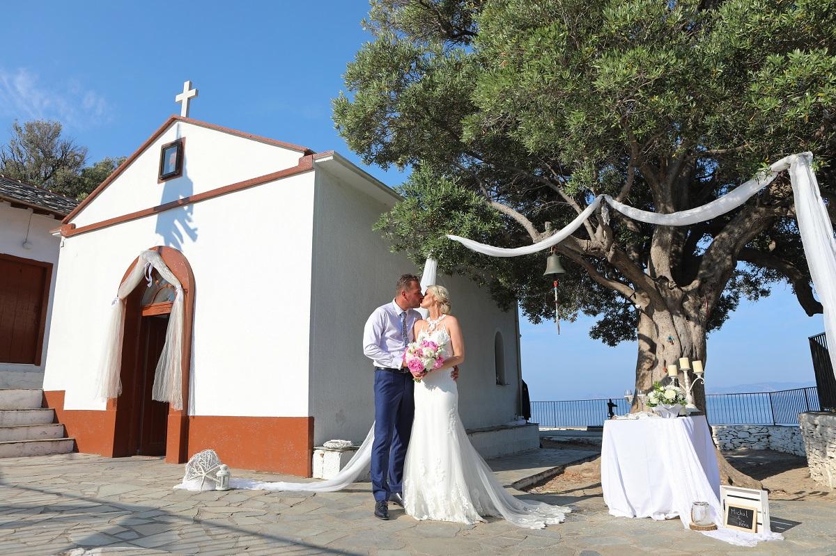 Filmová svatba v muzikálu Mamma Mia se odehrávala v malebném kostelíčku Agios Ioannis na severu ostrova. Víte o tom, že si své ano přímo na tomto místě můžete říct i vy?