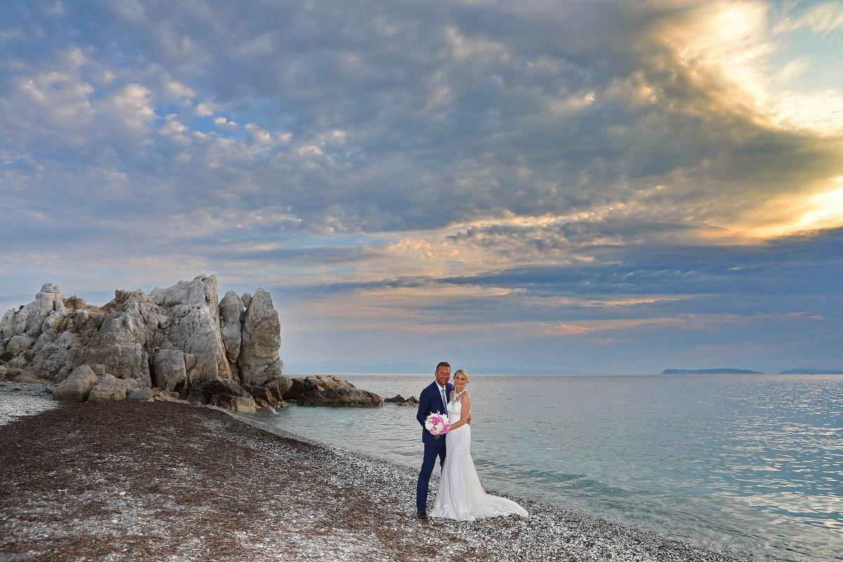 Přímo pod skálou se navíc nachází malá plážička, kde můžete po skončení ceremonie pořídit další novomanželské fotografie.