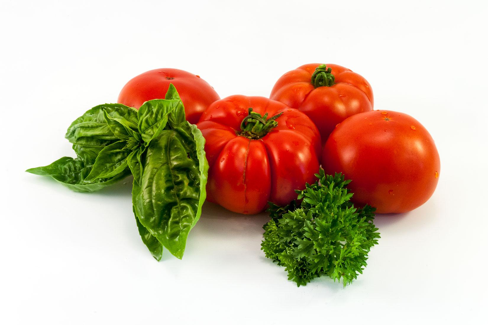 Doma vypěstovaná rajčata jsou slaďoučká a příjemně aromatická. Máta a petržel ovšem také!