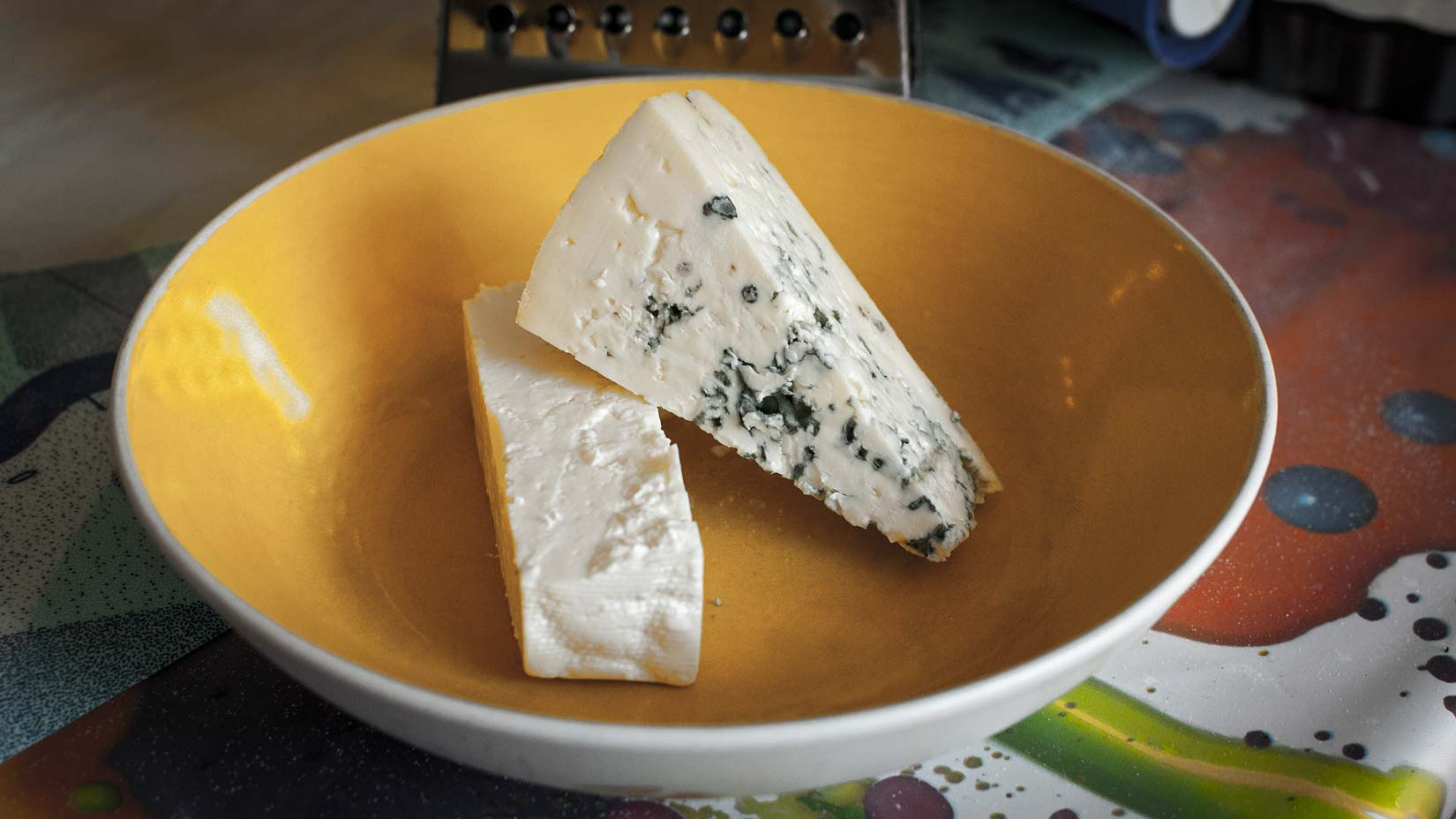 Další nezbytné složky do tsouknidopity - feta a modrý sýr