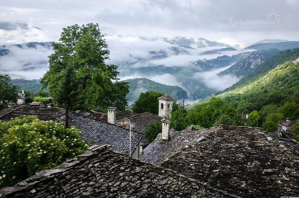 Ranní mlhy na Vikosem - pohled z vesnice Kapesovo