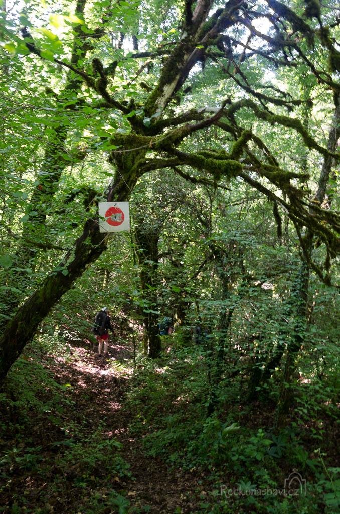 ... kde začíná stezka označená červenými puntíky...