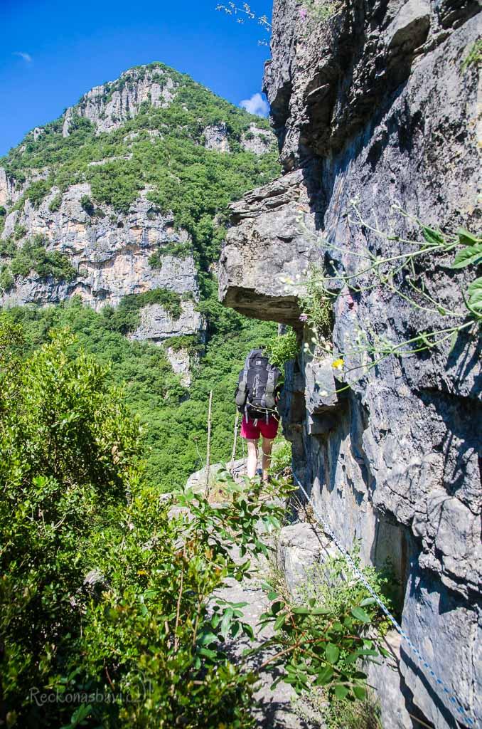 ...při obcházení skalní stěny po úzké římse nám pomáhá překonat pocit závratě zavěšené lano (1 hod. 10min. na treku)...
