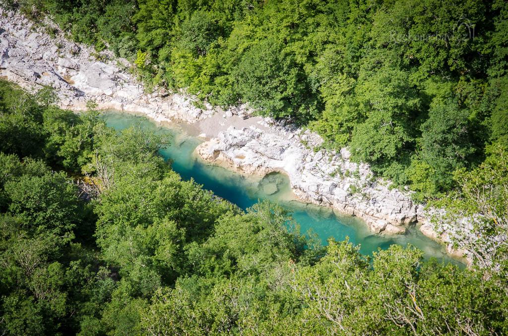 ... hluboko pod námi zíráme na průzračně čistá jezírka Οβίρα Παπά, které tu zanechala řeka z období zimy...