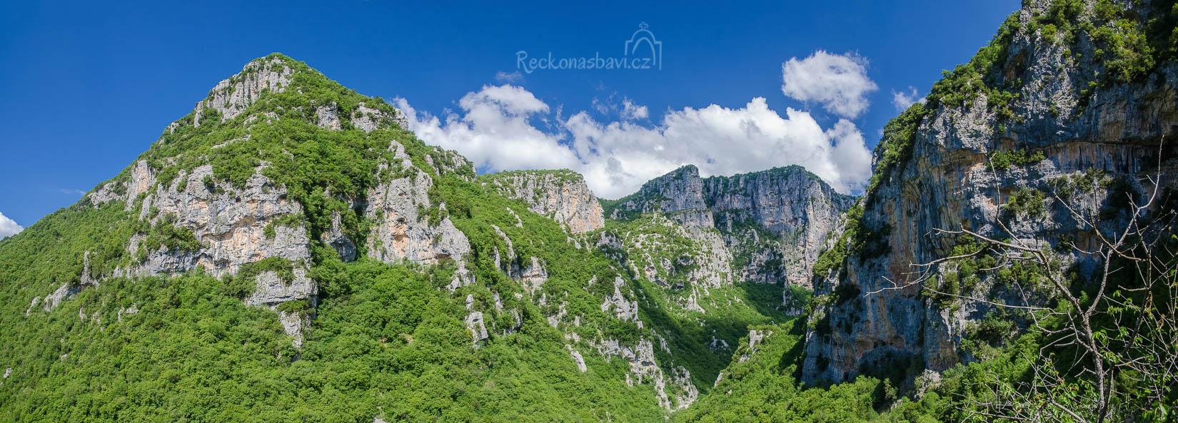 ... panorama z vyhlídky. Jestli máte po ruce dalekohled, tak možná uvidíte uprostřed snímku kostel Aghia Paraskeví s vyhlášenou skalní římsou ...