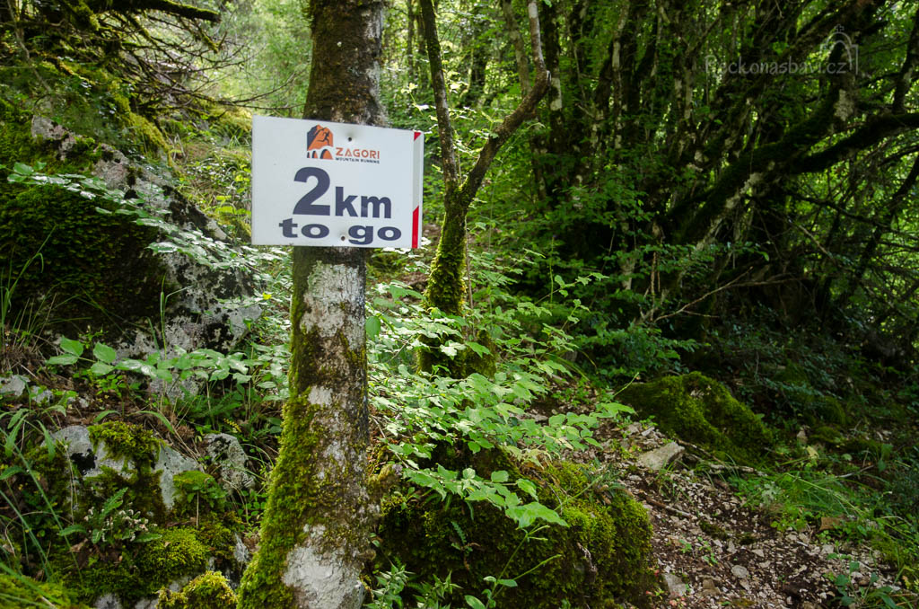 ... v sezoně vede přes Vikos závod Zagori mountain running. Sestupujeme dolů na dno kaňonu Vikos, kde se setkáváme s hlavní turistickou stezkou <O3>...