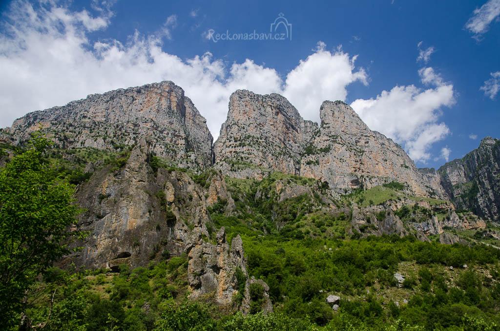 ... pohledy na špičaté skalní jehle v kaňonu Vikos ...