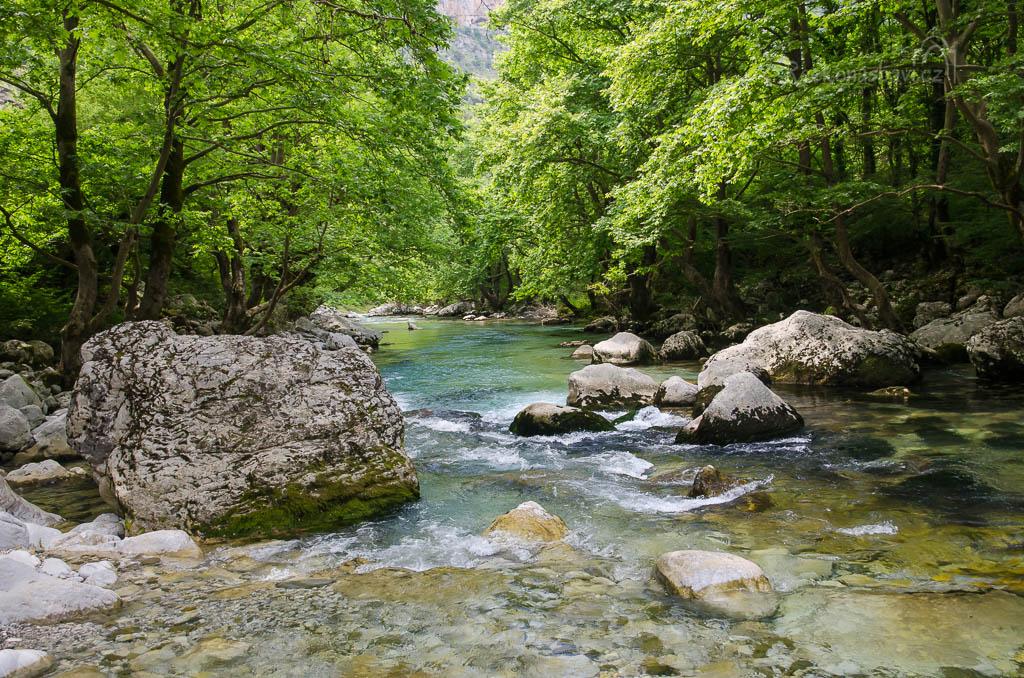 ... ze závrtů Epos a Provatina prosakuje týden voda přes 1200 výškových metrů skály dolů k pramenům ...