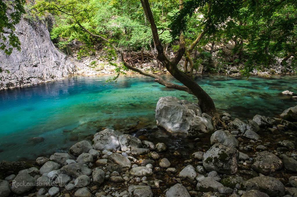 ... kolem Panagia se stáčí první zákruty řeky Voidomatis a ta barva vody je opravdu, ale opravdu NEUVĚŘITELNÁ! ...