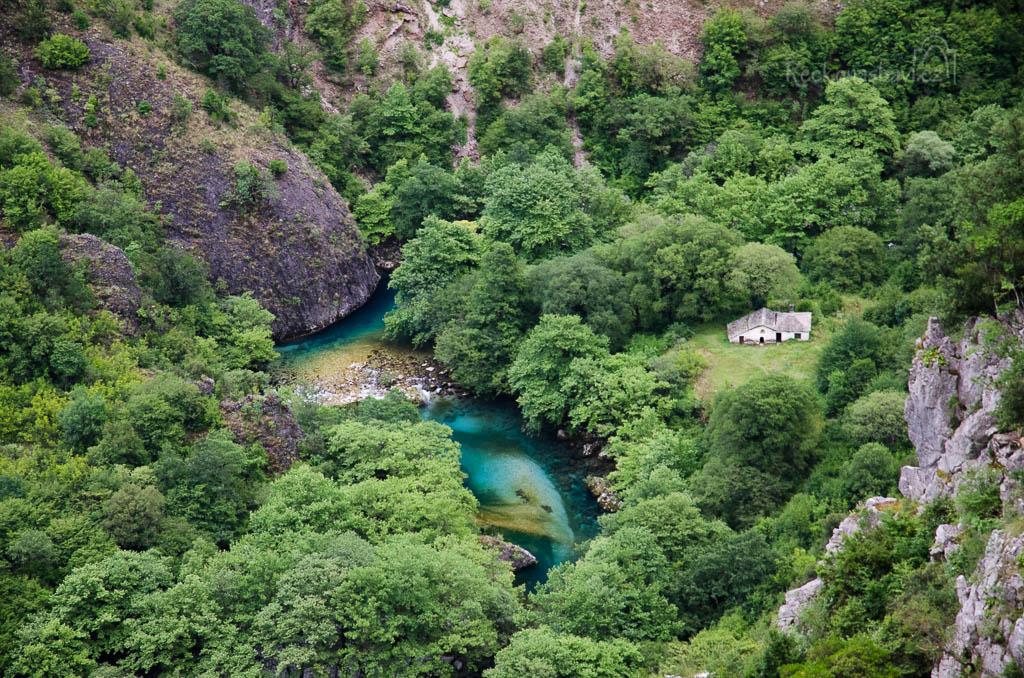 ... pohled na kostelík Panagia z vesničky Vikos dokazuje, jak je řeka Voidomatis barevná!
