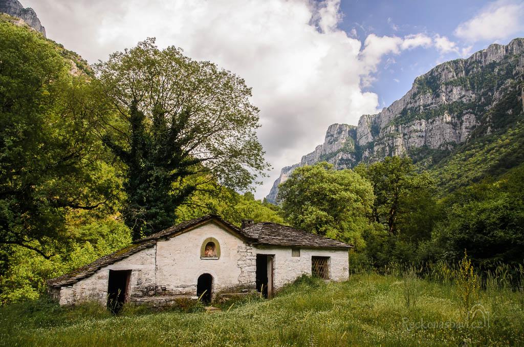 ... kousek od pramene je ukrytý krásný kostelník Panagia (Παναγια)...