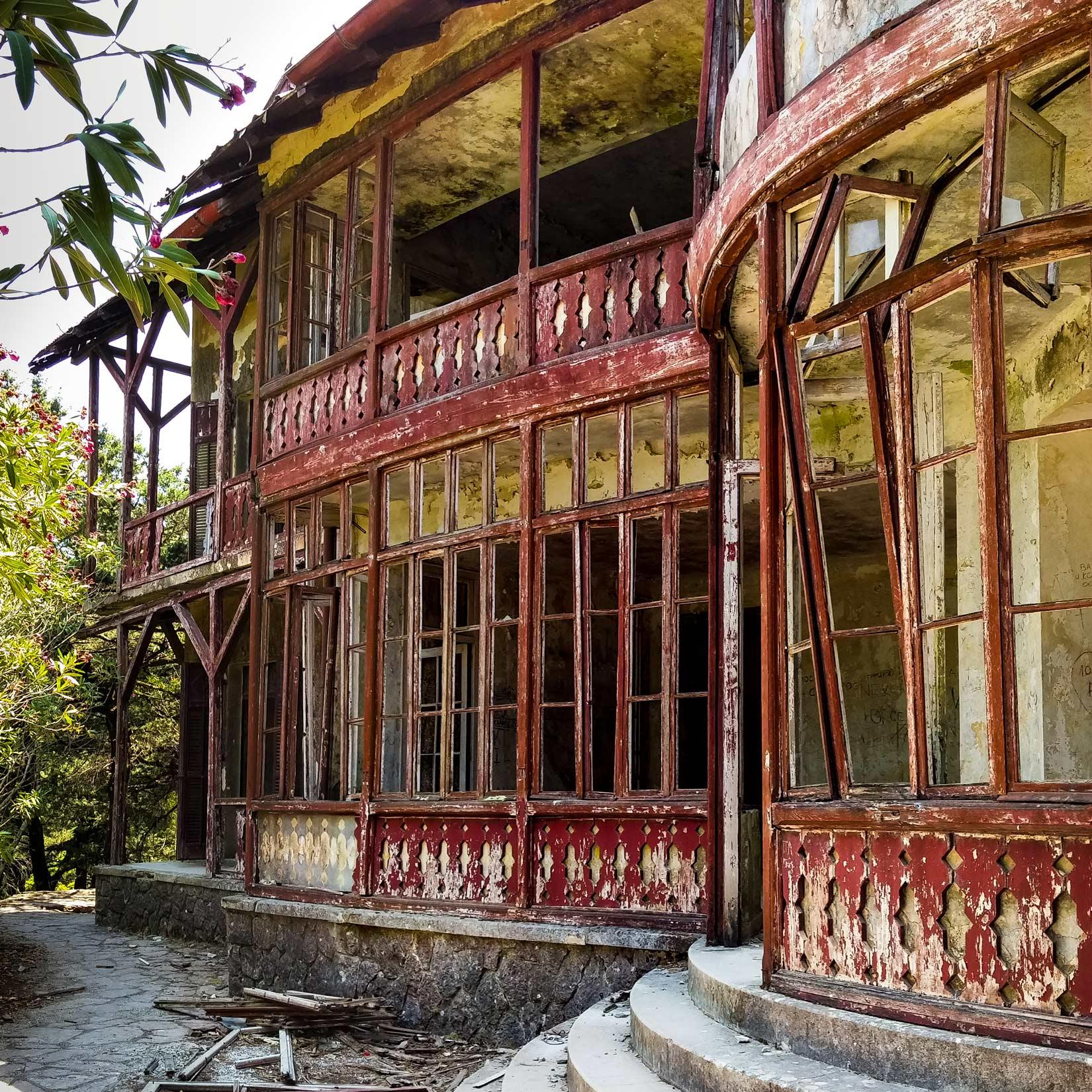 Villa de Vecchi - zdevastované průčelí