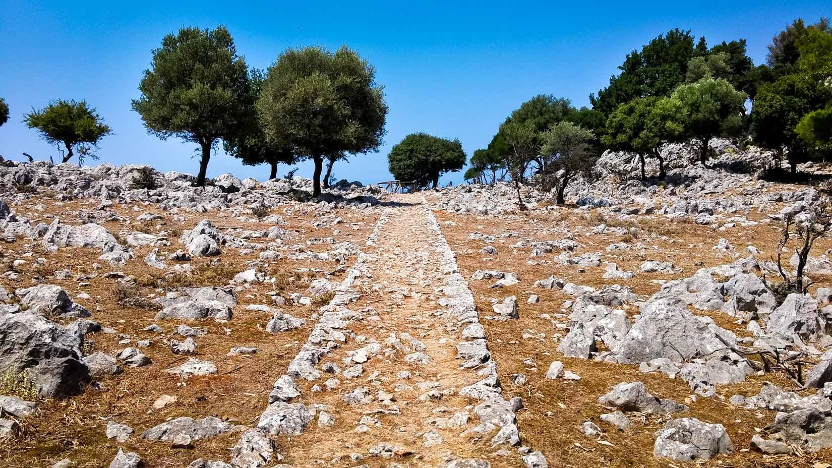 Stezka k hotelu Elafos - decentně zasazená do místního okolí