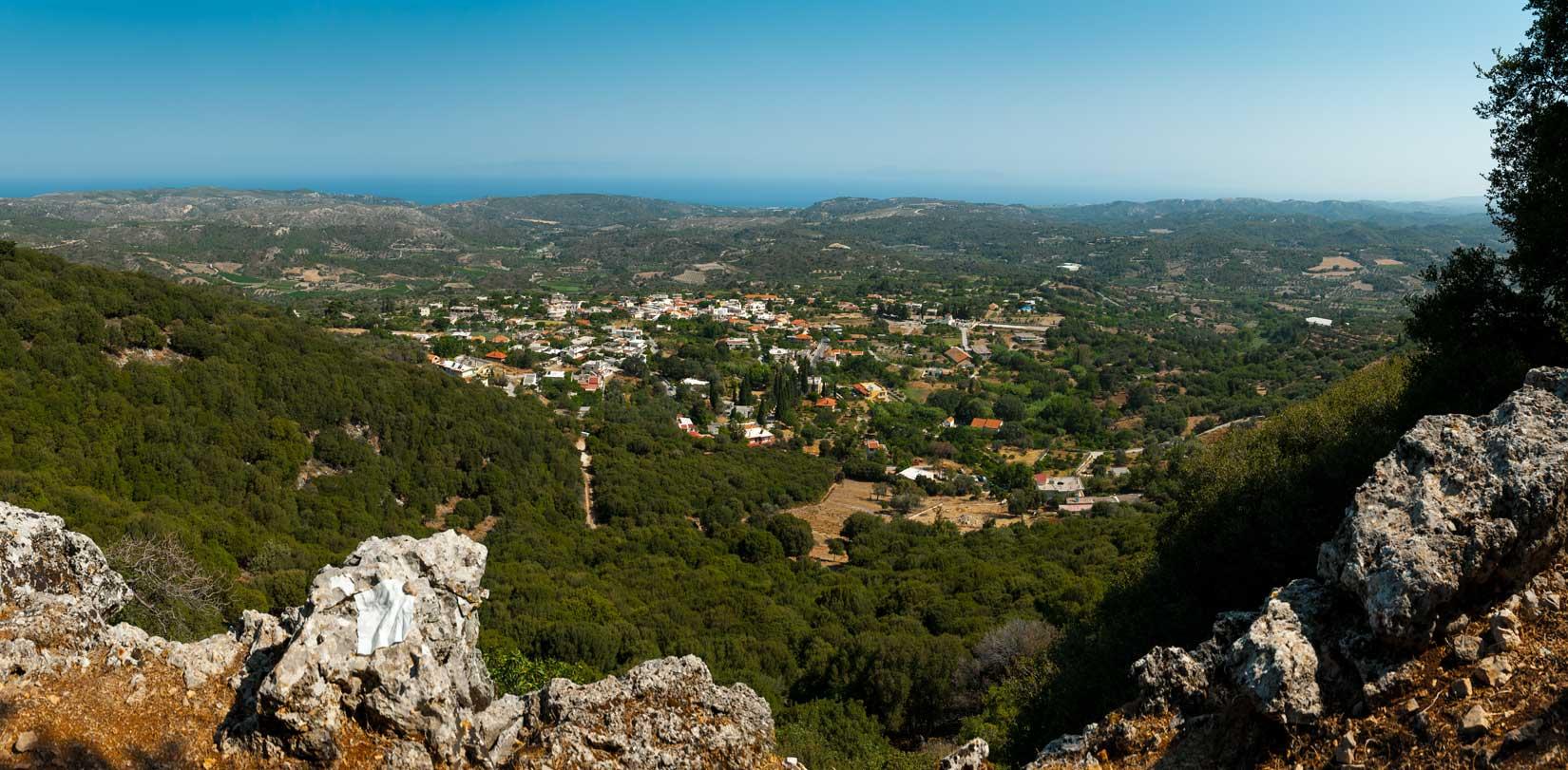 Vesnice Salakos pod pohořím Profitís Ílias
