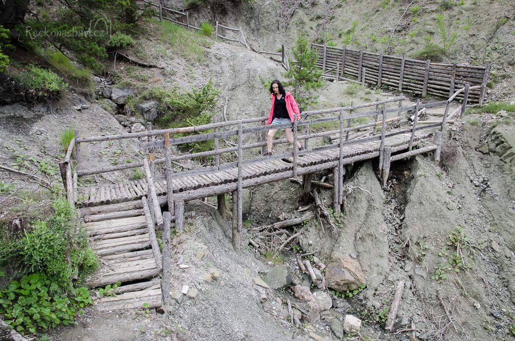 ... a dřevěný mostík ...