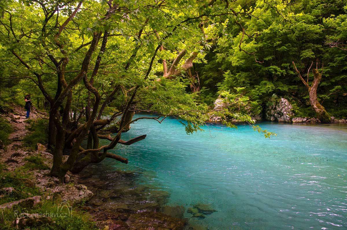 stezkou po severním břehu řeky Voidomatis