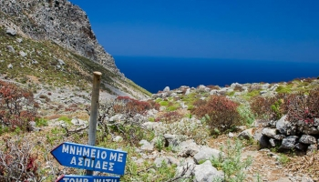 Pokračujeme po stezce stále dál, až dojdeme k modré ceduli se dvěma nápisy ΜΝΗΜΕΙΟ ΜΕ ΑΣΠΙΔΕΣ / TOMB WITH SHIELDS.