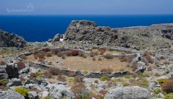 Vroukounda - po celém skalním výběžku dnes najdeme jen obvodové zdi a nespočet velkých hrobů vyřezaných do skály, které zejí prázdnotou.