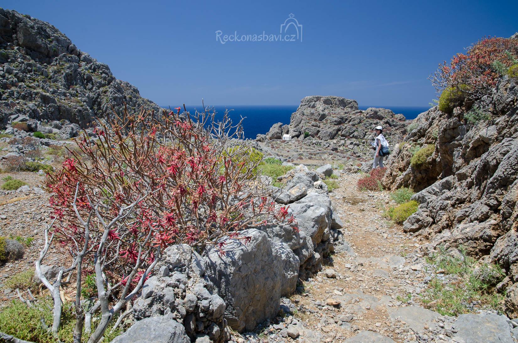 Cestička nás dovede ke kostelíku Agia Marina postaveného v závětří skalního výklenku.