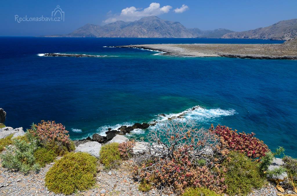 pokračujeme podél moře směrem ke zvonici a kocháme se prvními výhledy k ostrůvku Saria