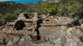 Střešní trámy musely nést obrovskou váhu kamenných plátů střešní krytiny, není divu, že svůj úděl dávno vzdaly... přijměte pozvání k prohlídce osady Xerédhon