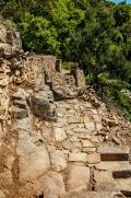 Kdysi zřejmě důležitá křižovatka mezi terasami, tady můžete sejít nebo vystoupat po kamenných schůdcích na další terasy