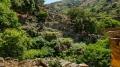 Stojíme nad vyschlým korytem potoka, v jarních měsících plným divoké vody řítící se do údolí v kaskádě vodopádů