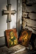 Svaté ikony jen tak opřené o futra kapličky laskají poslední sluneční paprsky