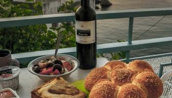 Podcenit přípravu výpravy se nevyplácí - čerstvý, křupavý chléb sypaný sesamem, právě upečená spanakopita, Elinikosalata s černými olivami, excelentní kozí sýr a hlavně - skvělé bílé víno z vinařství Afianes, toť snídaně hodna středoevropana objevitele