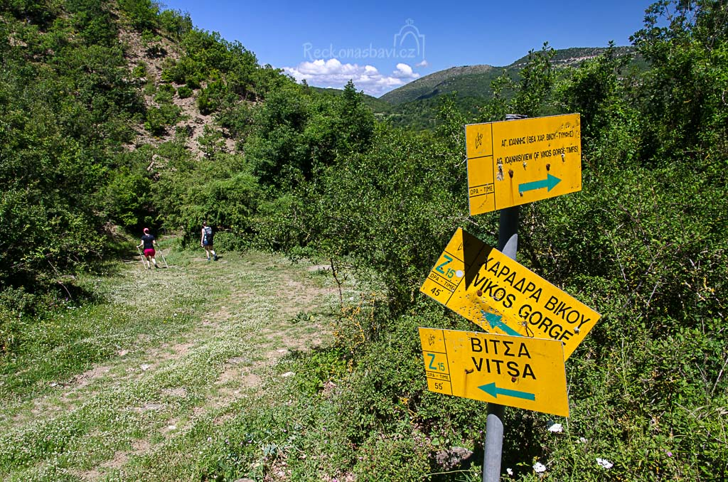 ... nacházíme i první šipky s názvy Vitsa a Vikos gorge. Zláká nás i cedulka s názvem Ag. Ioannis (view of Vikos gorge – Tymfi)...