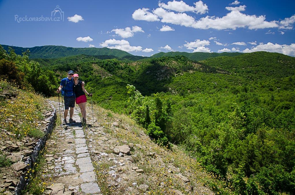 "Z vesnice Vitsa vede stezka po starých kamenných schodech ""Skala Vitsa"" dolů do kaňonu Vikos ..."