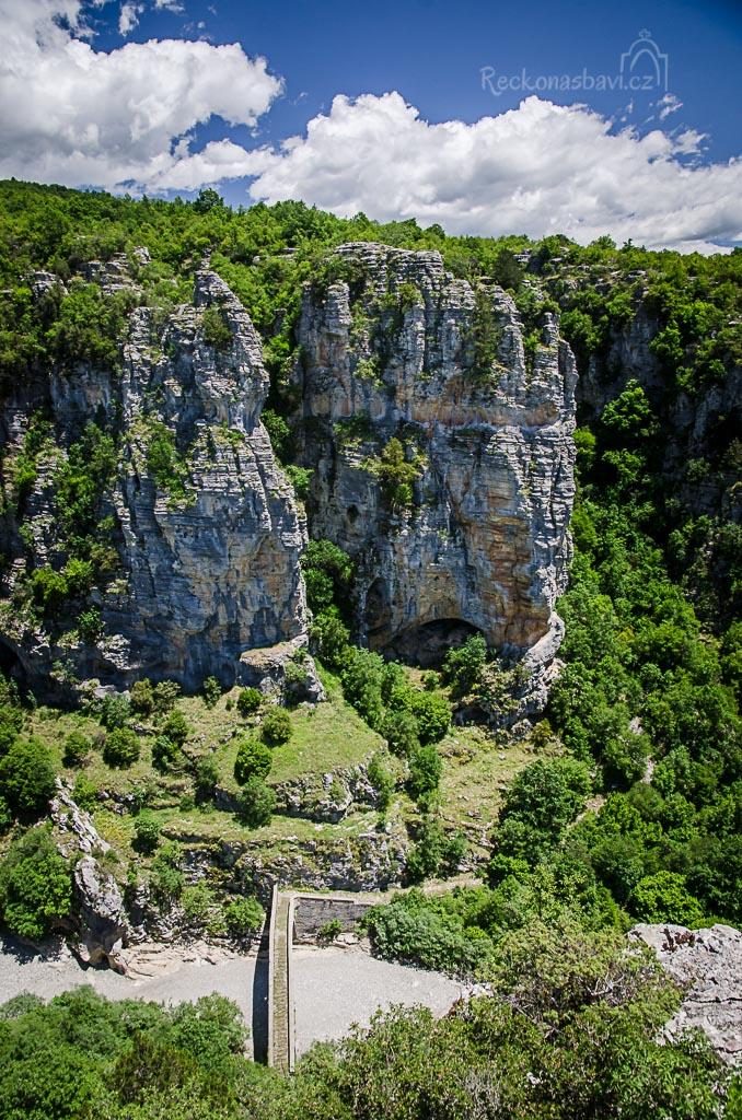 ... na vyhlídce za schovanou kapličkou pozorujeme most Misios z ptačí perspektivy ...