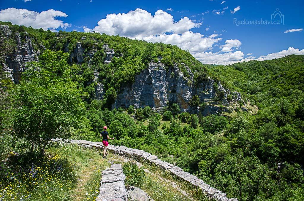 ... Skala Vitsa se krásně vlní v serpentinách, zdobí je vysoké kamenné zábradlí a tisíce rozkvetlých květin po okraji stezky...