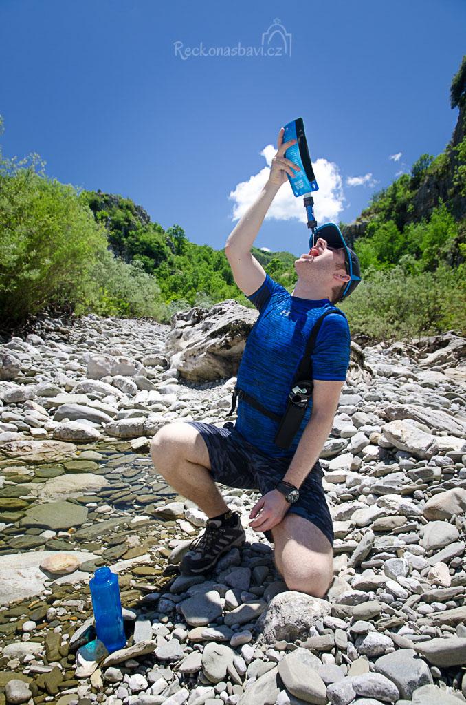 ... scházíme dolů do řečiště, kde spatřím první louži s žábou a zavelím k přestávce na svačinu a na doplnění tekutin :) ...
