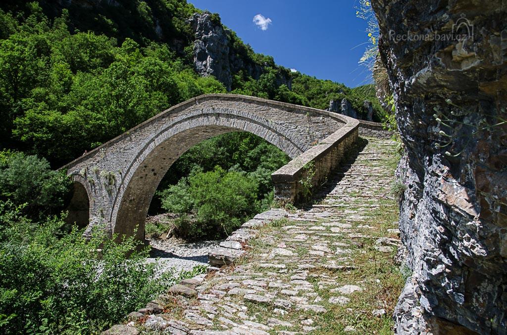 ... jednoobloukový most nechal postavil v roce 1748 Alexis Misios a propojil tak vesnice Vitsa a Koukoli.