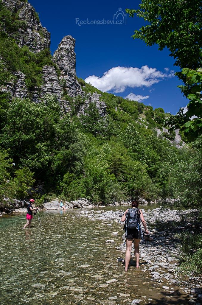 """Hrneme se na náš první řecký """"river trekking"""" (pochod řekou)..."""
