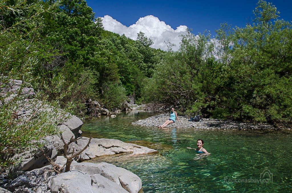 ... udělali jsme dobře, že jsme se nenechali zlákat hned prvním hlubším místem. V jedné ze zákrut řeky jsem našli svůj velký privátní bazén ...