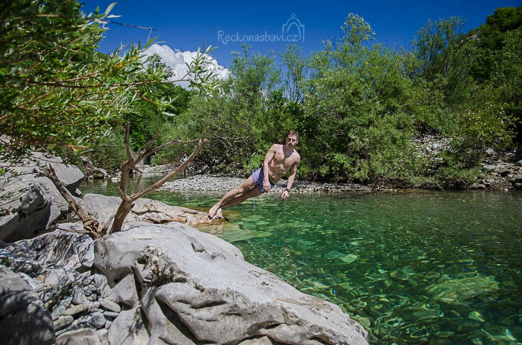 ... průzračně čistá voda, hloubka ideálně na šipku (spíš placák) z okolních kamenů :) ...