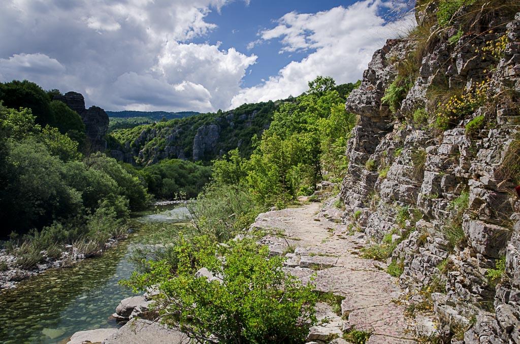 ... krásná stezka kolem řeky ... ano tudy utíkaly krávy, které jsme vyplašili v houští :D ....