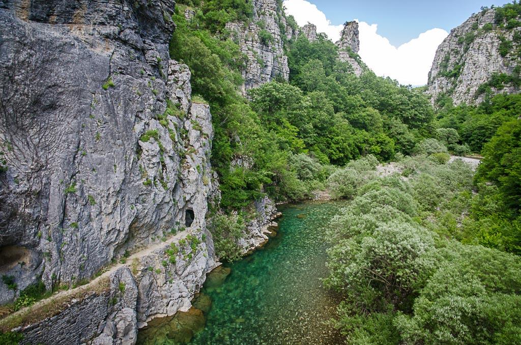 ... pokračování stezky k vesnici Kipoi a k mostu Plakidas ...